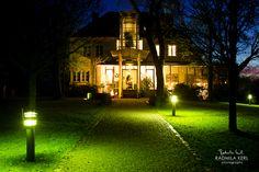 nice wedding event location entrance by night with green lights by © radmila kerl wedding photography munich schöne Hochzeits- oder Eventlocation mit Lichtern