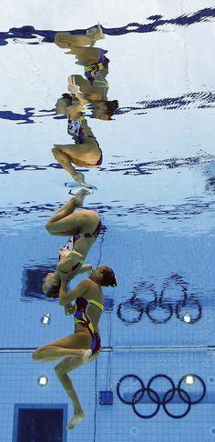 Juegos Olímpicos Londres 2012 - Las canadienses Marie-Pier Boudreau Gagnon y Elise Marcotte realizan su ejercicio de natación sincronizada.