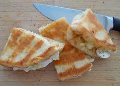 Υλικά 1 πίτα αφράτη για σουβλάκι. Η καλή ποιότητας της πίτας θα αναδείξει τα τυροπιτάκια σας. 1 μικρό μπολάκι με φέτα και τριμμένο τυρί (είχα και έβαλα γκούντα) Ξερή ρίγανη Ηλιέλαιο Εκτέλεση Χαράσσω πολύ ελαφριά την πιτούλα μου στη μέση, χωρίς να την κόψω βεβαίως. Αυτό θα βοηθήσει ώστε η πίτα να γυρίσει εύκολα πάνω [...] Group Meals, Greek Recipes, Bon Appetit, Apple Pie, Food Styling, Tapas, Waffles, Pineapple, Good Food