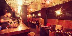 Cocorico! Comment parler de bars en France sans parler de bar à vins? Qu'il soit rouge, blanc ou rosé, il y a toujours une occasion pour apprécier une bonne bouteille avec ses amis. De la piquette au trésor de fond de cave, il y en a pour tous les budgets. #Top8 #Lesbarrés #Bars #réservation