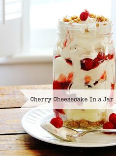 Recipes in a Jar: Cherry Cheesecake.looks like this could be the PERFECT Easter Dessert!you will have smiles all around the holiday table! Great for any time too! Dessert Crepes, Dessert In A Jar, Eat Dessert First, Cheesecake In A Jar, Cheesecake Recipes, Yummy Treats, Sweet Treats, Yummy Food, Cupcakes