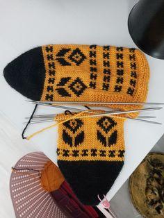 Border Embroidery Designs, Fair Isle Knitting, Mittens, Diy And Crafts, Crochet, Cushions, Hands, Fingerless Mittens, Chrochet