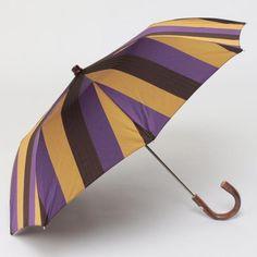 MAGLIA FRANCESCO  折りたたみ傘 ¥31,320 洗練された配色が目を引くマルチストライプ イタリアの老舗ハンドメイド傘ブランド、<MAGLIA FRANCESCO(マリアフランチェスコ)>。熟練した職人の手仕事から生まれるクオリティの高い傘で人気を呼んでいます。個性的な配色がイタリアらしいマルチストライプ柄の折りたたみ傘。織柄でもさりげなく変化をつけているのがポイントです。雨の日が楽しみになりそうな1本です。イタリア製。