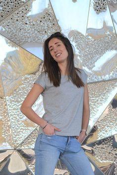 Camiseta en algodón orgánico diseñada y fabricada en Barcelona, algodón turco con certificación GOTS. Corte femenino y casual. Organic Cotton T Shirts, Barcelona, T Shirts For Women, Tops, Fashion, Cotton T Shirts, Cut Out Shoulder Top, Short Skirts, Girly