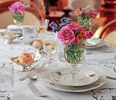 Nesta mesa, todos os convidados ganharam um vasinho exclusivo, decorado com flores coloridas