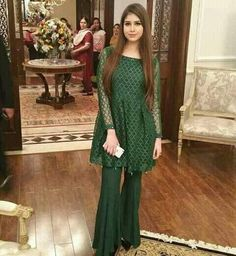 Everybody wants to look beautiful and charming.Here in this article, we will tell you party wear dresses for girls. Simple Pakistani Dresses, Pakistani Wedding Outfits, Pakistani Dress Design, Indian Dresses, Frock Design, Stylish Dresses, Fashion Dresses, Short Frocks, Party Kleidung
