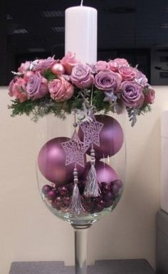 Christmas decorations for table Purple Christmas, Christmas Flowers, Christmas Candles, All Things Christmas, Christmas Holidays, Christmas Wreaths, Christmas Ornaments, Ball Ornaments, Christmas Arrangements