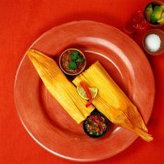 Tamales  Los tamales son un platillo indígena que se prepara con masa de maíz y el relleno de tu preferencia. La masa se cubre con hojas de maíz o de plátano y se cocina al vapor. Hay tamales de carne rojos, verdes, tamales de rajas, de piña, de fresa, de elote. Son la comida tradicional del día de la Candelaria y saben deliciosos acompañados de champurrado o atole.