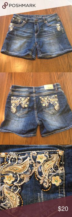 Grace in LA Jean Shorts Excellent condition denim shorts from grace in LA. Longer inseam, super cute details on back pockets and corners or front pockets. Grace in LA Shorts Jean Shorts