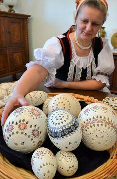 Alena Pelechová je výrobkyňa kraslíc z obce Rakovec nad Ondavou v okrese Michalovce. Preferuje techniku zdobenia s názvom madeira. Je niekoľkonásobnou víťazkou celonárodných súťažných výstav prezentujúcich kraslice z rôznych  regiónov Slovenska. Na snímke Alena Pelechová s kraslicami.
