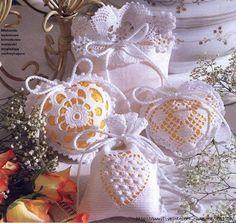 Sachets senteur et leurs grilles gratuites ! - Fleurs et Applications au Crochet بترون