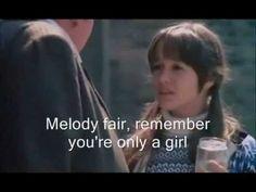 おはようございます。 今日9/1はバリー・ギブの誕生日。ビージーズ=ギブ3兄弟の長男(いま調べてみたら、弟2人は既に亡くなってしまっています)。 今朝の一曲はビージーズで「メロディ・フェア」、この曲を主題歌として用いた映画「小さな恋のメロディ」のシーンと一緒に♪ このシーンに出ている女の子(トレイシー・ハイド)の役柄がメロディ・パーキンス。この曲に出てくる「メロディ」って人の名前だったのですね。いままで知りませんでした(^_^;; 実は私はこの映画は有名なのに見ていませんでした。でも、この曲だけは子供の頃よく聴いて覚えています。とても懐かしい(^.^) ただ、映画も曲も大ヒットしたのは日本だけだそうです。日本では映画もサントラもいまだに安定して売れていて、そもそも、この曲のシングルカットや映画サントラが発売されたのは日本だけなのだそうです。