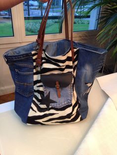 NYC bag/by My Jeans Bag This one is actually cute! Sacs Tote Bags, Jean Purses, Denim Purse, Denim Ideas, Love Jeans, Boho Bags, Recycled Denim, Fabric Bags, Handmade Bags