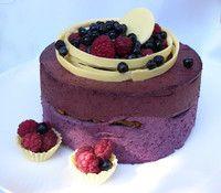 Голый торт (Naked cake) черничный муссовый. Декор из белого шоколада и свежие ягоды