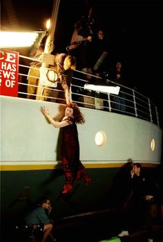 A gallery of Titanic publicity stills and other photos. Featuring Kate Winslet, Leonardo DiCaprio, James Cameron, Billy Zane and others. Rms Titanic, Film Titanic, Titanic Photos, Titanic Movie Facts, Titanic History, Cinema Tv, I Love Cinema, Kate Winslet, Movies Showing