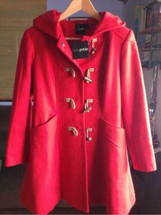 Parka roja con capucha