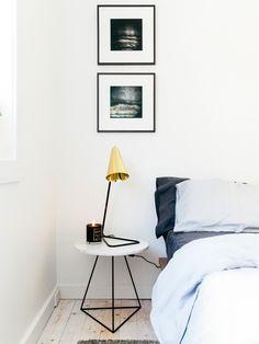 mesa lateral e luminária dourada
