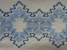 La broderie suédoise en deux nuances de bleu sont absolument charmant sur cette serviette vintage en coton blanc épais. Le tissu a été brodé de motifs géométriques. Chevron, diamant ou pointe de flèche en style dans mon esprit, mais je ne sais pas il y a un terme spécifique pour cela. Vous pouvez l'utiliser comme une serviette de cuisine ou un plat ou comme un objet de décoration en soit bain ther de cuisine ou des commentaires et avec ce point fait à la main qui est si belle et unique, ne…