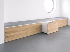 Concrete bench Covo with integrated storage space for the hallway and living area Infos .- Beton Sitzbank Covo mit integriertem Stauraum für den Flur- & Wohnbereich Infos… Concrete bench Covo with integrated storage space for … - Window Benches, Window Seats, Modern Window Seat, Stairs Window, Window Seat Storage, Balcony Window, Room Window, Concrete Bench, Clean Concrete