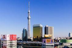 Tokyo Skytree (Tóquio, Japão): A edificação chamada Tokyo Skytree é hoje a maior torre do mundo: a construção tem 634 metros de altura e é uma popular atração turística de Tóquio, no Japão. Há dois mirantes no edifício: um a 350 metros do solo (que comporta 2 mil pessoas) e outro a 450 metros de altura (onde podem entrar até 900 pessoas). Além de oferecerem visão panorâmica da capital japonesa, ambos os lugares possuem chão de vidro, capaz de dar uma enorme sensação de vertigem aos…