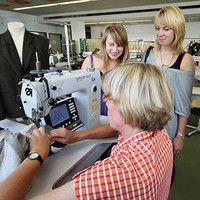 Textil- und Bekleidungstechnik Bachelor of Science (B. Sc.)     Hochschule Niederrhein Mönchengladbach Die Absolventen lernen, die Prozesse entlang der textilen Kette selbst zu steuern und zu überwachen. Studienschwerpunkt ist die Vermittlung von Kenntnissen, die zur Herstellung textiler Produkte für vielfältige Anwendungsgebiete erforderlich sind. Qualitätsmanagement und Wirtschaftswissenschaften runden die Kompetenzen ab.