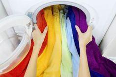 RETROUVER  COULEUR  ORIGINE  Deux recettes pour retrouver les couleurs d'origine La décoction de laurier Faites bouillir de l'eau dans laquelle vous ajouterez une douzaine de feuilles de laurier. Laissez infuser un quart d'heure puis plongez le vêtement coloré dans l'infusion refroidie en remuant de temps en temps. L'eau javellisée A réserver pour le linge blanc. Trempez votre vêtement dans une bassine d'eau chaude additionnée d'un bouchon de javel pour un litre d'eau. Retirez-le dès que… Fee Du Logis, Cheat Sheets, Helpful Hints, Household, Laundry, Colours, Bright, Cleaning, Conservation