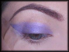 3. Jako bazy używam fioletowego cienia w kremie. Dzięki temu kolor nałożony na wierzch będzie bardziej intensywny i utrzyma się dłużej.