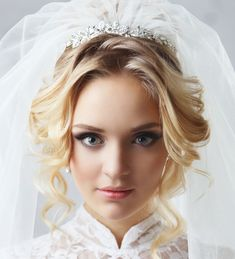 Voluminous waves, classy and timeless chignon, ora soft airy half undo, take a look at these stunning wedding hairstyles fromElstile, pin your favorite styles to IdeaBook!