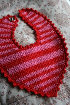 strik bed elsk: page has to be translated but it is fairly easy to understand ~ FREE - CROCHET Crochet Baby Bibs, Crochet For Boys, Crochet Clothes, Baby Knitting, Free Crochet, Knit Crochet, Free Baby Patterns, Baby Barn, Bib Pattern