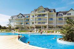 Madame Vacances Le Domaine de Fontenelles. Wat een leuke accommodatie is Domaine de Fontenelles! Het ligt op ca. 12 km van Saint-Hilaire-de-Riez. Goed ingerichte appartementen, een fijn zwembad met kinderzwembad en zonneterras rondom, direct bij het golfterrein en restaurant van Fontenelles. L'Aiguillon-sur-Vie, waar Domaine de Fontenelles gelegen is, is een vriendelijk en rustig stadje. Domaine de Fontenelles ligt op ca. 12 km van Saint-Hilaire-de-Riez. Officiële categorie ***