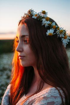 Side view portrait of young beautiful woman with long hair wearing camomile wreath in warm backlit Profile Photography, Photography Poses Women, Hair Photography, Portrait Photography, Photography Classes, London Photography, Female Side Profile, Side Profile Woman, Nature Photography