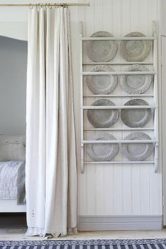 Filling a slender space. (More) Plate Racks Plate Racks, Dish Racks, Hanging Plates, White Rooms, Kitchen Design, Kitchen Ideas, Kitchen Decor, Kitchen Display, Kitchen Small