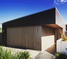 The Tricket residence by makes use of Scyon Axon™ vertical groove cladding on the facade along with recycled tallow wood and… Exterior Wall Panels, Exterior Wall Light, Exterior Cladding, House Cladding, Timber Cladding, Cladding Ideas, Roof Design, Exterior Design, Timber Garage Door