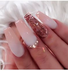 False nails have the advantage of offering a manicure worthy of the most advanced backstage and to hold longer than a simple nail polish. The problem is how to remove them without damaging your nails. Gorgeous Nails, Love Nails, Pretty Nails, My Nails, Soft Pink Nails, Style Nails, Pink Clear Nails, Fancy Nails, Acrylic Nail Designs Glitter