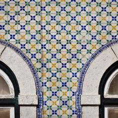 Rua Terreiro do Trigo 52 - Lisboa  #azulejo #azulejos #tile #tiles #tiled #patterns #design #art #urban #urbanart #design #azulejospadrao #amantedelosazulejos #azulejosdeportugal #azulejocollector #portugaldenorteasul #wanderlust #ihavethisthingwithtiles #lisboa #portugal #lisbonlovers #visitportugal #super_portugal #streetphotography #gerador #architecture #p3top #vintage #travel #super_portugal #mappingourtiles by azulejospadrao