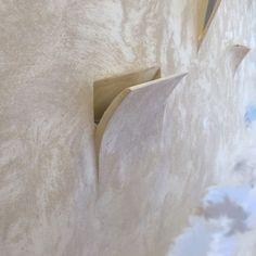 Tipologia: Applique da incasso a parete Materiale: Gesso Alfa Specificità: Effetto a scomparsa e Vela sporgente Illuminazione: Lampadine con attacco R7S da 112mm Foro per installazione: 33 x 19,5 cm Tempi di spedizione: 5 giorni