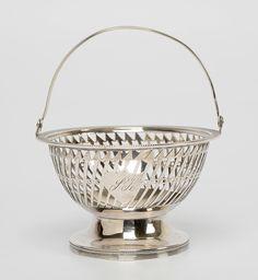 Rond ajour zilveren kluwenmandje met ajour pijlen, 2 schildmedaillons met initialen SK, parelrand en filetrand - mt. onduidelijk F in ruit - 1816 - gehalte 0.835 - 79 gram