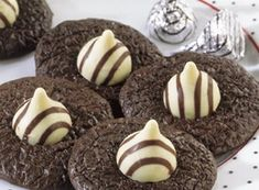 Try this Tuxedo Brownie HUGS Cookies recipe, made with HERSHEY'S products. Enjoyable baking recipes from HERSHEY'S Kitchens. Bake today.