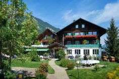 Hotel Waldrand Lenk im Berner Oberland Style At Home, Olympia, Hotels, Facade House, Freundlich, Madrid, Restaurant, Cabin, Mansions