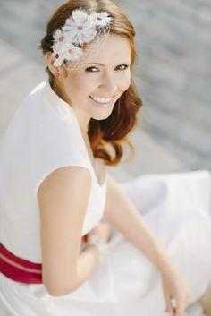 noni 2014   headpiece mit kleinen blumen passend zum brautkleid mit kragen und breitem guertel (www.noni-mode.de - Foto: Le Hai Linh)