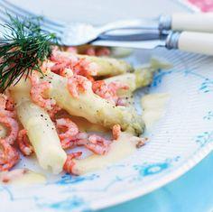 Hvide asparges og fjordrejer med hvidvinssauce Asparges og fjordrejer – så bliver det vist ikke mere dansk og dejligt!