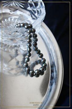 Seidiger Perlenglanz und kühler Farbton machen diese Perlenkette zum Klassiker. Feminin, leicht und zeitlos elegant. Tahiti, Elegant, Bracelets, Silver, Jewelry, String Of Pearls, Pearl Jewelry, Dapper Gentleman, Bangles