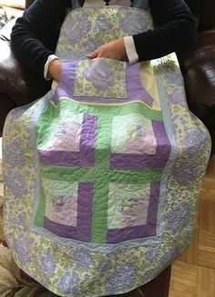 Handmade Wheelchair Lap Quilts with Pockets from NH - Carolyn's Homesewn Quilting Tutorials, Quilting Projects, Quilting Designs, Quilting Ideas, Lap Quilts, Small Quilts, Quilt Blocks, Diy Sewing Projects, Sewing Hacks