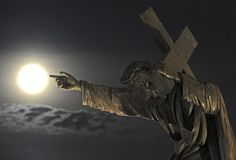Super moon shines over Warsaw, Poland, with the statue of Jesus Christ pointing his finger to it pic.twitter.com/NS3pKBa9b8