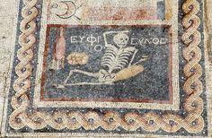"""Hallan en el sur de Turquía un mosaico que representa a un esqueleto con el lema """"Sé alegre, disfruta la vida"""""""
