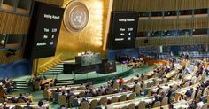 Plenário da ONU. O painel mostra o resultado da votação na Assembleia Geral de 10/09/15, que aprovou uma resolução permitindo que a representação palestina hasteie sua bandeira na sede da ONU, em Nova York. A medida foi aprovada com 119 votos a favor, 8 contra (incluindo Israel e USA), e 45 abstenções.  Fotografia: Li Muzi/Xinhua.  http://noticias.uol.com.br/album/2015/04/20/barcos-com-imigrantes-naufragam-no-mar-mediterraneo-em-2015.htm#fotoNav=149