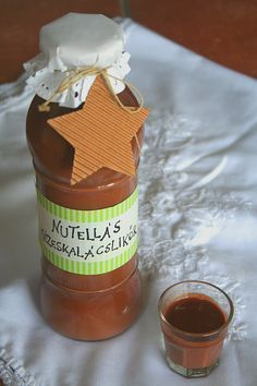 Nutella liqueur: - 30 dkg nutella - 4 dl caffé cream - dl vodka - 2 ts gingerbread seasoning Melt the Nutella untill it turns liquid, than add all the other ingredients and whisk it well. Nutella, No Salt Recipes, Coffee Cream, Gourmet Gifts, Diy Food, Milkshake, Hot Sauce Bottles, Healthy Drinks, No Bake Cake