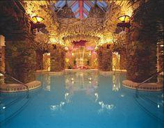 Acompáñanos a dar una vuelta al mundo para ver las piscinas interiores más glamourosas y lujosas. Te aseguramos que te encantaría estar invitado.