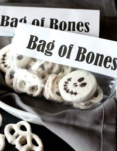 Bag Of Bones Halloween Snack Mix Recipe .Simple and cute snack mix idea made with white chocolate pretzels and a marshmallow. Fun Halloween food or treat for a Party! Halloween Snacks, Halloween Goodie Bags, Halloween Party Favors, Theme Halloween, Halloween Goodies, Halloween Birthday, Halloween Candy, Easy Halloween, Halloween Costumes For Kids