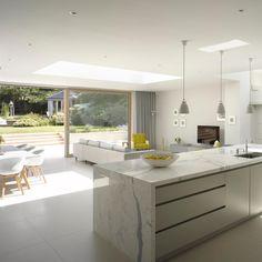 A perfect kitchen for sunny days #roundhousedesign #modernkitchens #bespokekitchen #luxurykitchen #interiordesign #kitchendesign…
